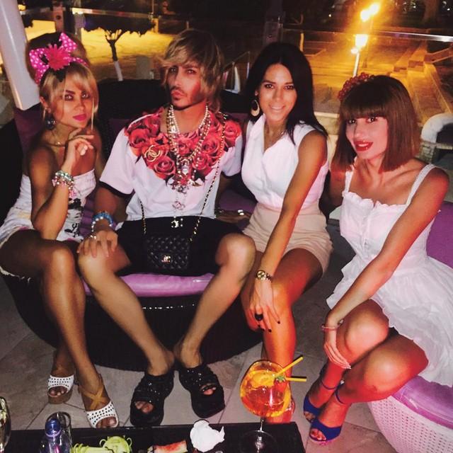Сергей Зверев развлекался в Айя-Напе в окружении красивых дам.