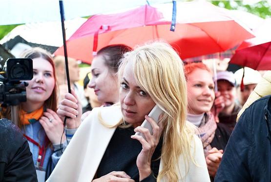 Яна Рудковская подбадривала бегущих Полину Киценко и Наталью Водянову, но сама не рискнула поучаствовать в забеге.