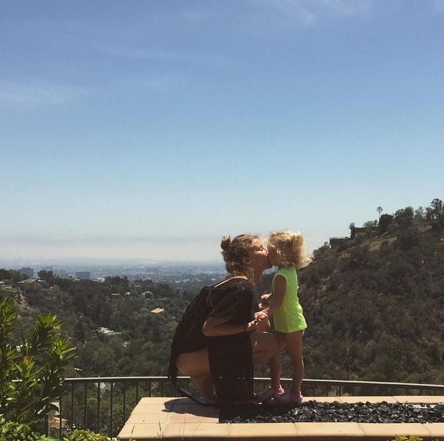 Тата Бондарчук провела выходные с семьей в Лос-Анджелесе.