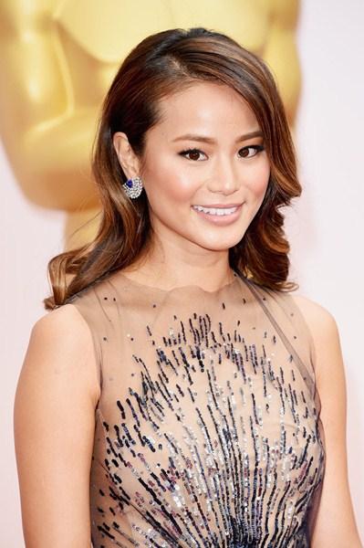 Джейми Чанг (31) Голливудская прическа и натуральный макияж.