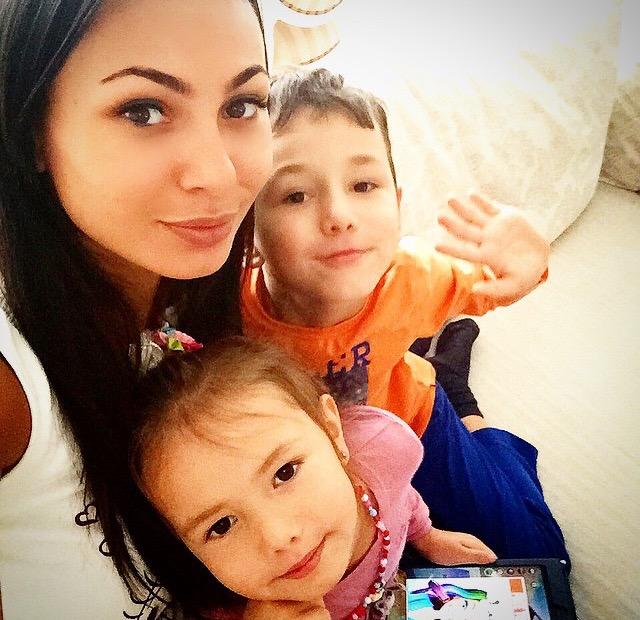 Модель, владелица ателье для мам и детей Milo by Inna Zhirkova Инна Жиркова (26), Дима (6) и Милана (4)