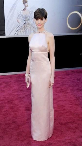 Актриса Энн Хэтэуэй (32) в платье Prada. 2013 год.