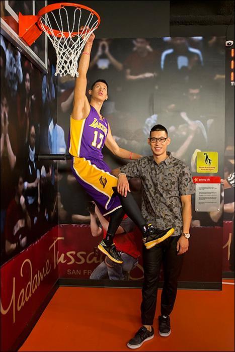 Джереми Лин (26), игрок американского баскетбольного клуба Los Angeles Lakers
