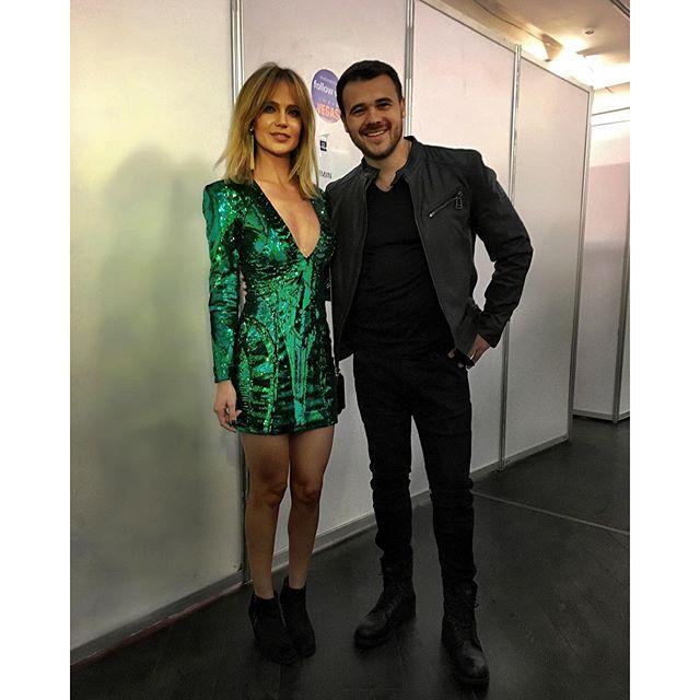 Глюкоза позировала с Эмином Агаларовым, и он оказался одним из первых слушателей ее нового трека «Согрей».