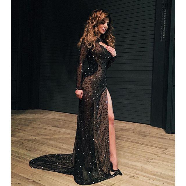 Анна Седокова была на концерте Валерия Меладзе и не упустила возможности сделать снимок в своем сексуальном платье.