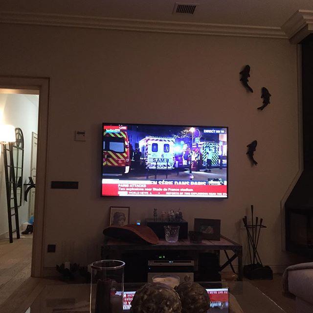 Ксения Собчак смотрела последние новости, связанные с трагедией в Париже.