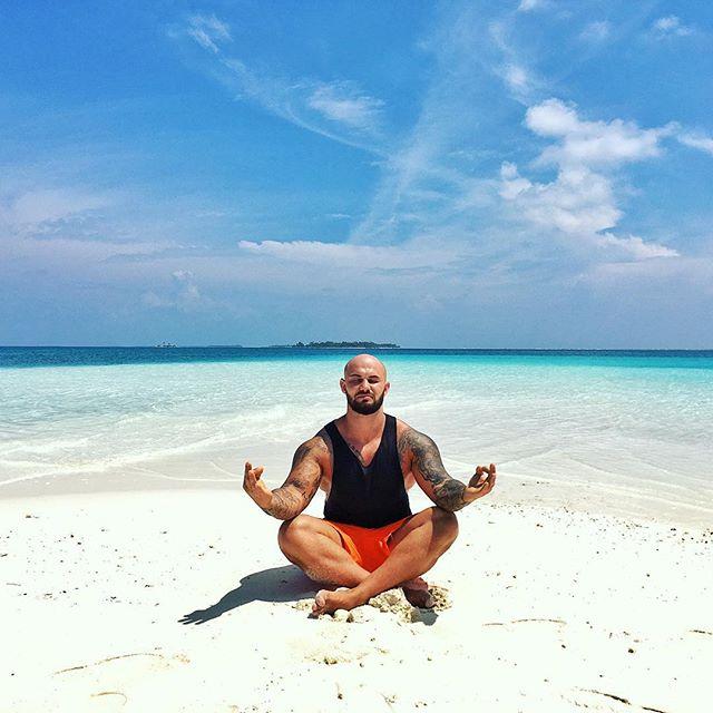 Джиган медитировал в райском месте.