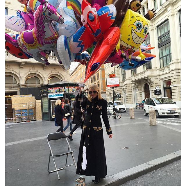 Яна Рудковская не смогла пройти мимо шариков.