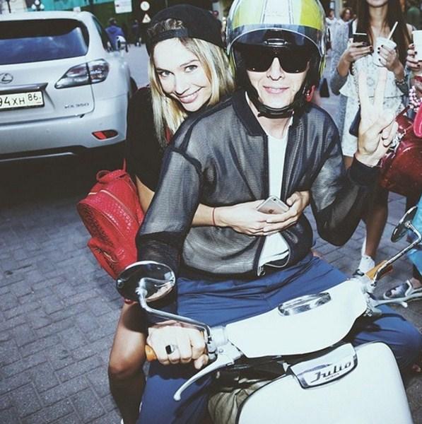 Наталья Рудова и Влад Лисовец решили покататься на мопеде после завершения благотворительной акции Shake Shack и PEOPLETALK.
