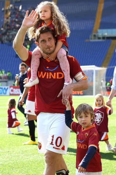 Полузащитник футбольного клуба Roma Франческо Тотти (38), Кристиан (10) и Шанель (8)