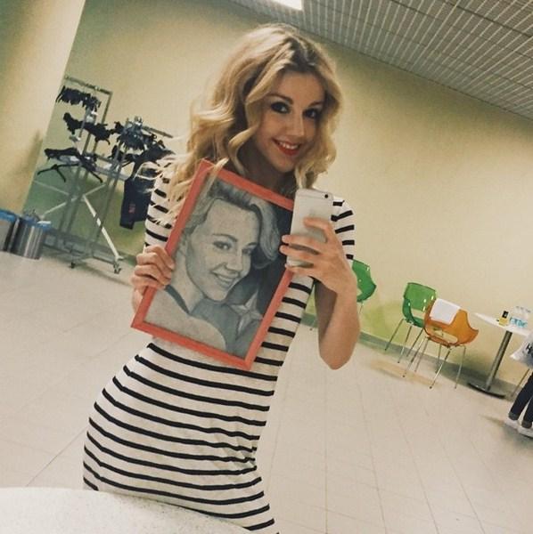 Юлианна Караулова принимала подарки в Новосибирске.