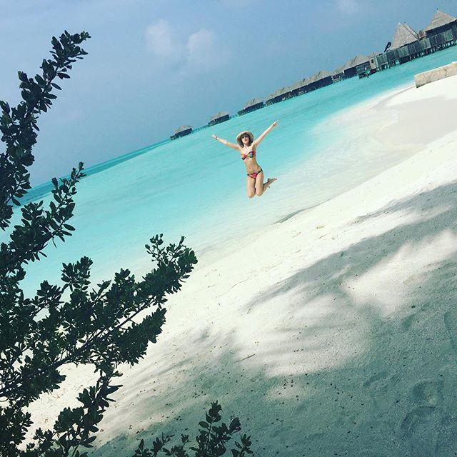 Полина Гагарина прыгала от счастья на Мальдивах.