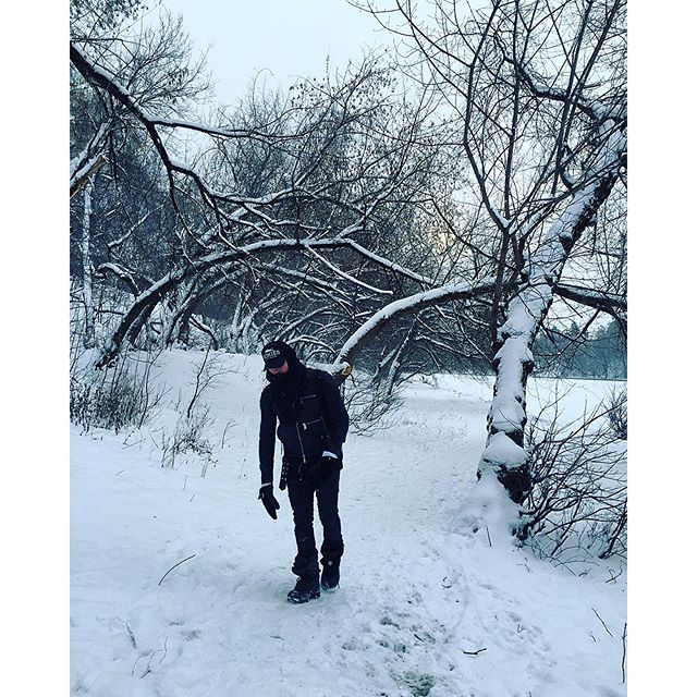 Дима Билан прогуливался по заснеженному лесу.