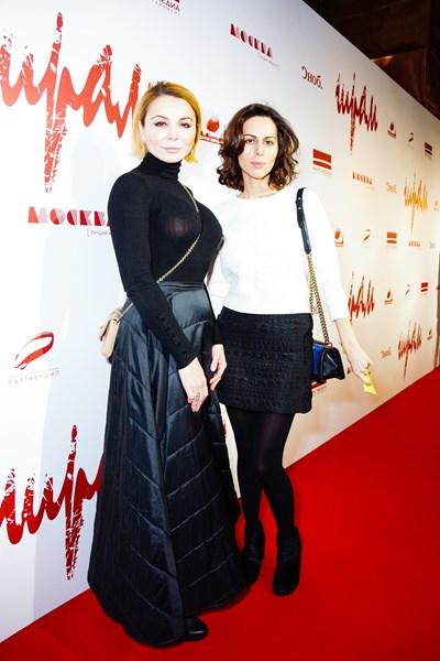 Сабина Ахмедова (справа)