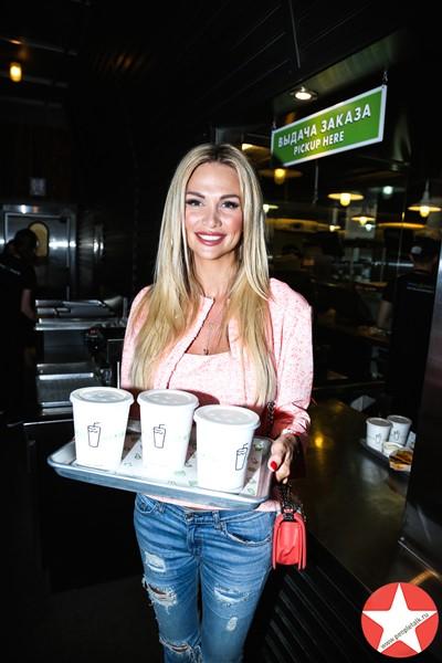 Виктория Лопырева также приняла участие в благотворительной акции Shake Shack и PEOPLETALK.