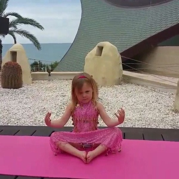 Глюкоза приобщала дочку к йоге.
