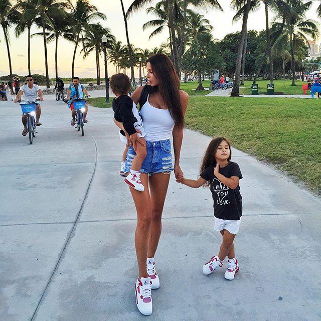Оксана Самойлова отдыхала с семьей в Майами.