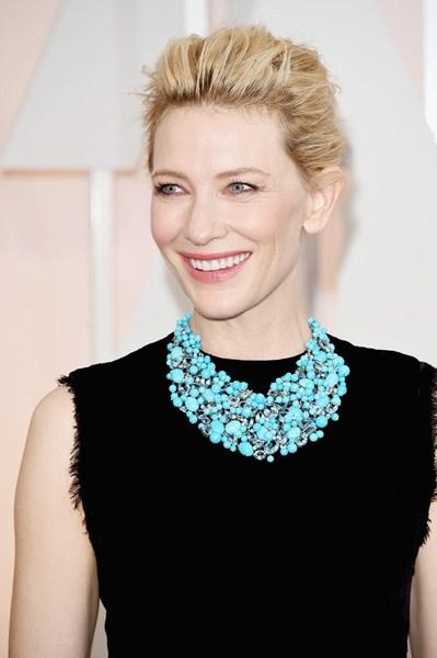 Кейт Бланшетт (45) Идеальная, молочного оттенка кожа актрисы подчеркнута светло-розовым румянцем и яркими губами.