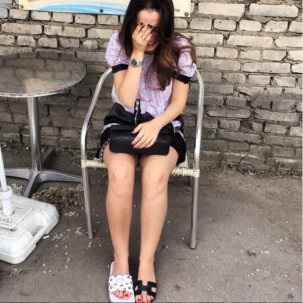 Виктория Дайнеко разгуливала в разных тапках.