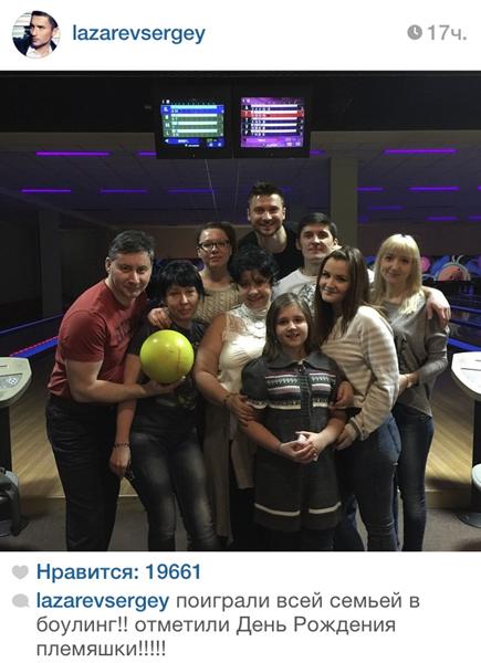 Сергей Лазарев (31)  с семьей играл в боулинг и отмечал день рождения своей племянницы.