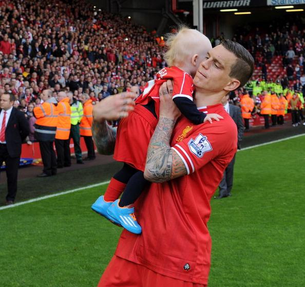 Защитник футбольного клуба Brondbyernes и сборной Дании Даниэль Аггер (30) с сыном