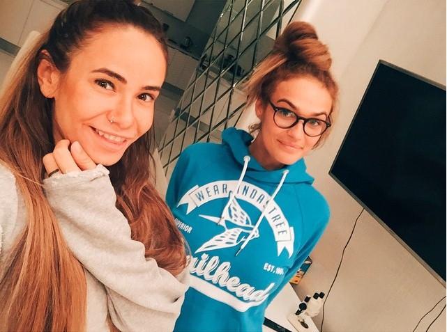 Айза Долматова с подругой Алёной Водонаевой устроили домашние посиделки.