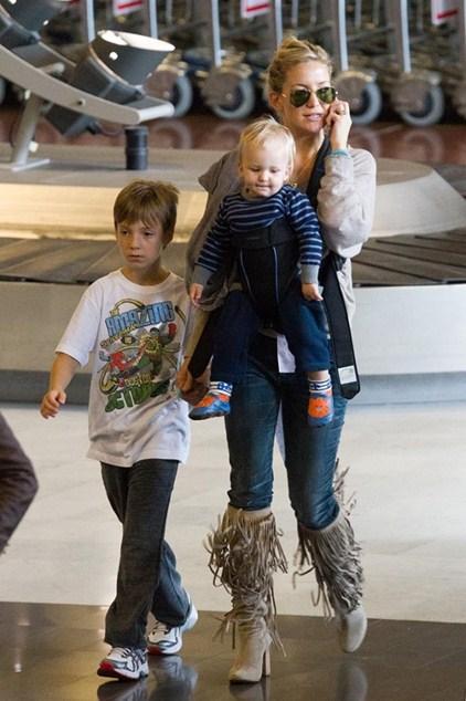 Кейт Хадсон (35) выбирает комфортный лук в сочетании с сапогами на устойчивом каблуке.