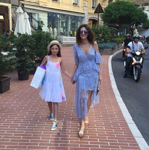 Снежана Георгиева приучала дочку к шопингу.