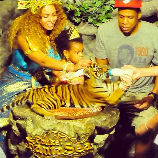 Отдых по-королевски! Юная принцесса познакомилась с тигром во врем отдыха в Пхукете, Тайланд.