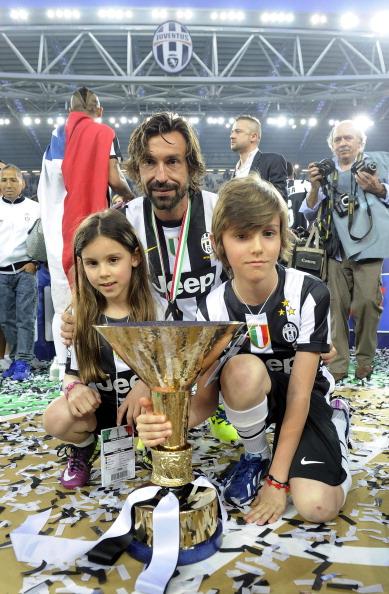 Полузащитник футбольного клуба Juventus и сборной Италии Андреа Пирло (35) Анжела, Никколо