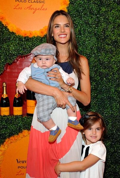 Супермодель Алессандра Амбросио (34), Аня Луиза Амбросио-Мазур (7) и Ноа Феникс Амбросио-Мазур (3)