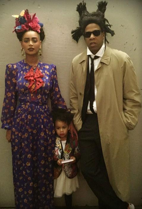 Семейство нарядилось для Хэллоуина.