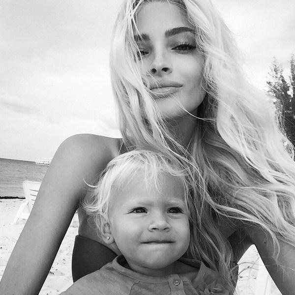 Алена Шишкова праздновала год и месяц со дня рождения своей дочки Алисы.