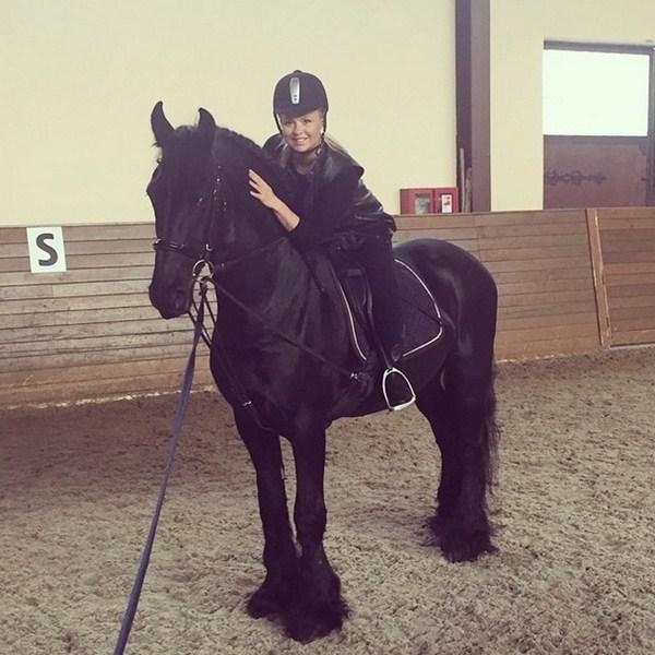 Анна Семенович ездила верхом, но, судя по выражению «лица» породистого коня и прогибу спины, они скакали недолго.