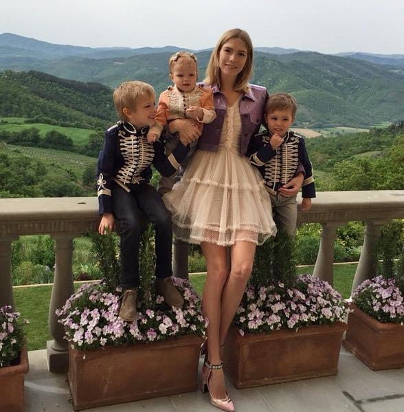 Модель Елена Перминова (28), Никита (6), Егор (4) и Арина (1)