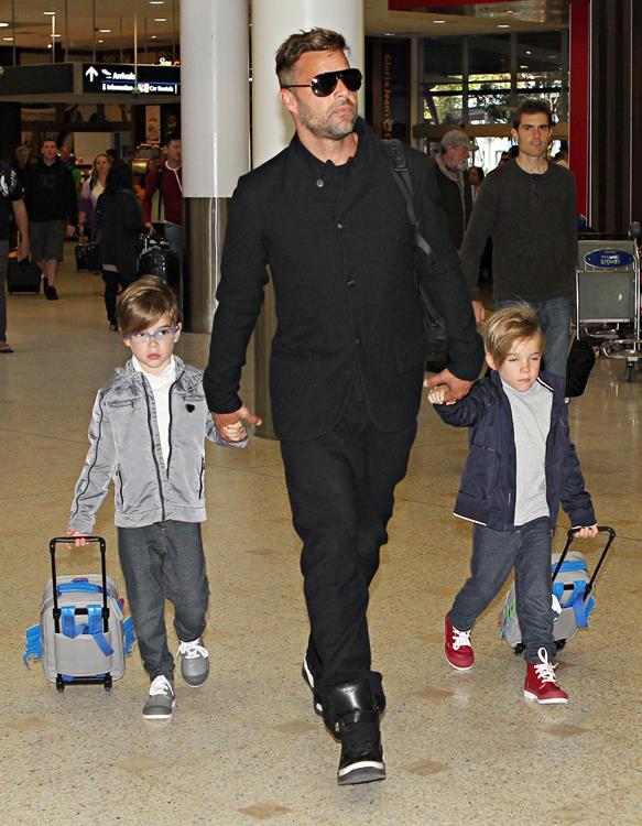 Певец Рикки Мартин (43), который не скрывает своей нетрадиционной ориентации, стал отцом двух близнецов Маттео(7) и Валентино (7) в 2008 году. Появились мальчики на свет, разумеется, от суррогатной матери