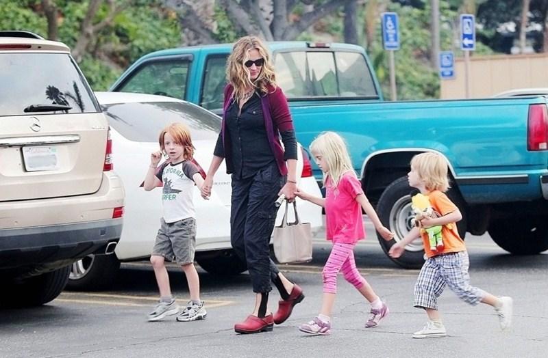 Актриса Джулия Робертс (47), Хэзел Патриша (13), Финнеас Уолтер (13) и Генри Даниэл Модер (8)