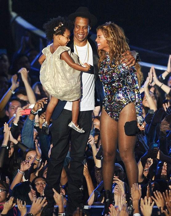Вот оно – счастливое семейство! Не удивимся, если через несколько лет Блю Айви будет стоять на сцене одна.
