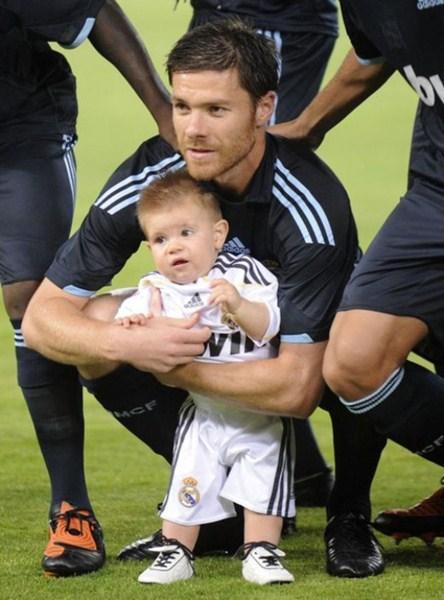 Полузащитник футбольного клуба Bayern Munchen Хаби Алонсо (33) с сыном