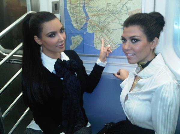 Телезвезды Ким (34) и Кортни Кардашьян (35)