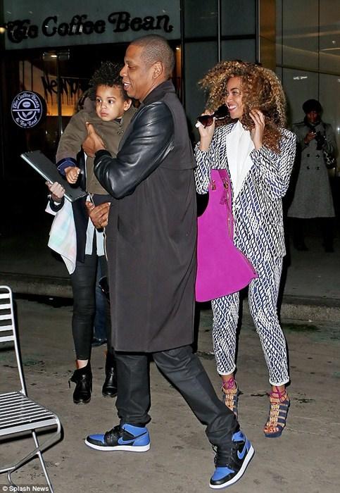 Отец буквально не выпускает свою крошку из рук – принцессе не пристало ходить пешком.