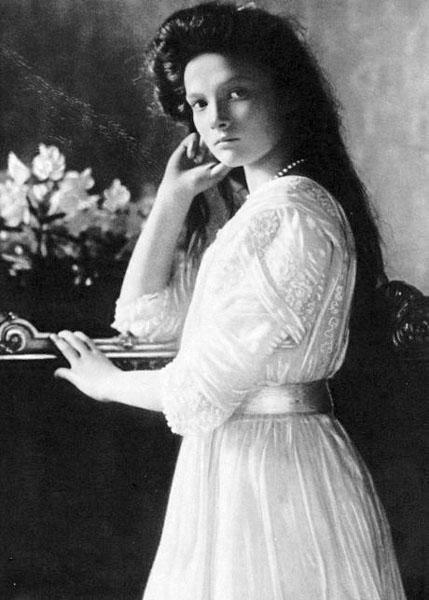 Княжна Татьяна Николаевна (1897 - 1918 ) - дочка Николая II, милая девочка, в годы Первой мировой войны основала Комитет помощи оставшимся без крова, позже была расстреляна в Екатеринбурге.