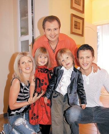 В 2000 году в семье певца Александра (56) и Эммы Малининых (31) появились двойняшки Фрол (15) и Устинья (15)