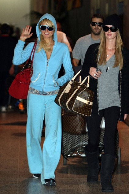 Пэрис Хилтон (34) когда-то внесла моду на розовые плюшевые костюмы. И до сих пор в любом аэропорту найдется хотя бы одна «жертва моды» в спортивном костюме с ушами.