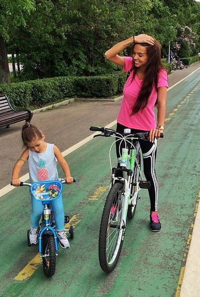 Оксана Самойлова приучала дочку к спорту.