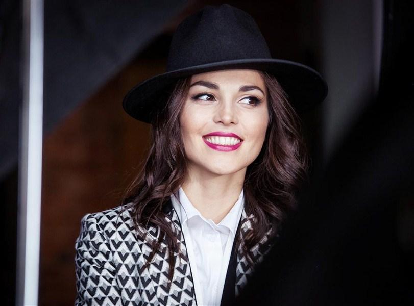 Сати Казанова [32] – кабардинка, российская певица, бывшая солистка российской группы «Фабрика», телеведущая.