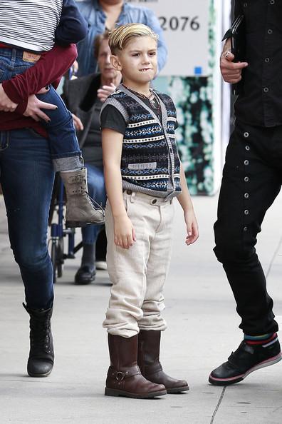 Кингстон в образе мальчика из британской благородной семьи.