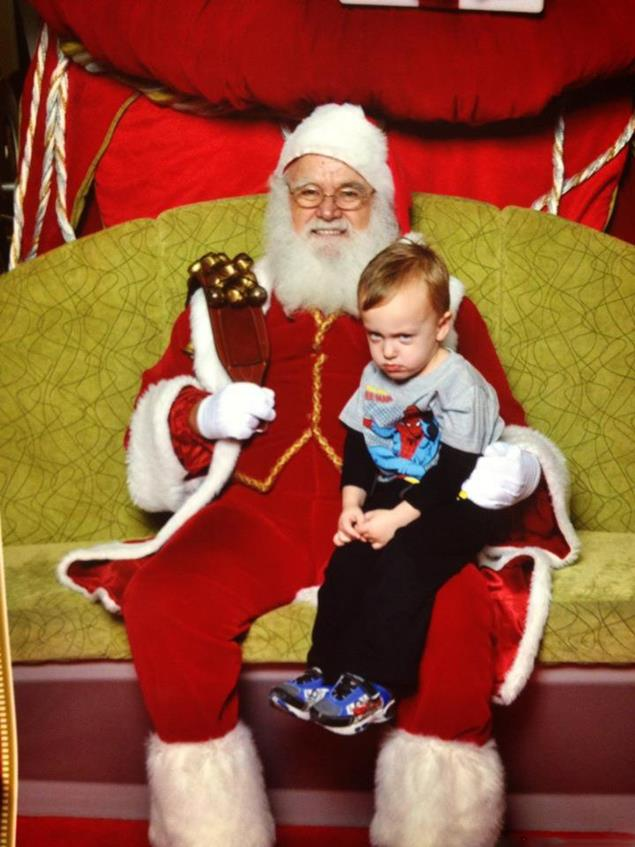 Этот малыш точно знает, что Санта задумал что-то неладное.