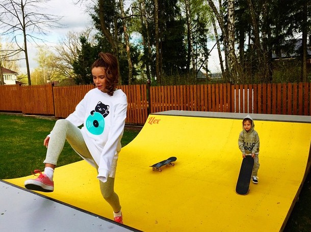 Айза Долматова учила сына кататься на скейте.