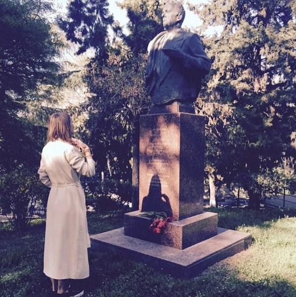 Ксения Собак посетила Тбилиси и возложила цветы у памятника своему отцу Анатолию Собчаку.